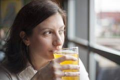 Ung kvinna som dricker en halv liter av hård Cider royaltyfri foto