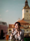Kvinna som tycker om tea Arkivfoto