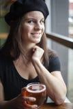 Ung kvinna som dricker Inda ljust öl Fotografering för Bildbyråer
