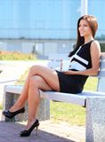 Ung kvinna som dricker kaffe i en parkera Arkivbilder