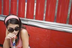 Ung kvinna som dricker sodavatten Arkivbilder