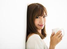 Ung kvinna som dricker varmt lattekaffe Royaltyfri Fotografi