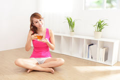 Ung kvinna som dricker varmt te royaltyfri foto