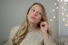 Ung kvinna som får klar för ett ferieparti royaltyfria foton