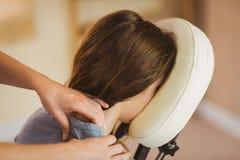 Ung kvinna som får massage i stol royaltyfri bild