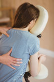 Ung kvinna som får massage i stol fotografering för bildbyråer