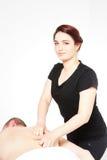 Ung kvinna som får tillbaka massage Arkivbilder