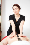 Ung kvinna som får tillbaka massage Royaltyfria Foton