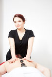 Ung kvinna som får tillbaka massage Arkivfoton