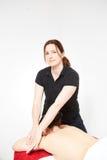 Ung kvinna som får tillbaka massage Arkivfoto