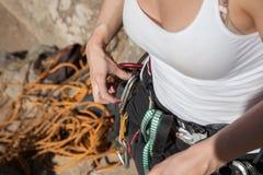 Ung kvinna som förbereder sig för att klättra Royaltyfria Foton