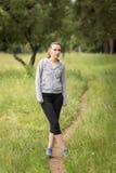 Ung kvinna som förbereder sig för den utomhus- sporten Fotografering för Bildbyråer