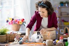 Ung kvinna som förbereder sig för påsk arkivbild