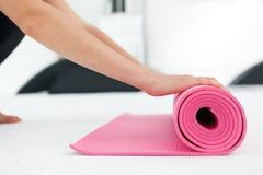 Ung kvinna som förbereder sig för yoga Arkivfoton