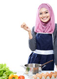 Ung kvinna som förbereder sig göra ett mål med ingredienser på tablen arkivfoton