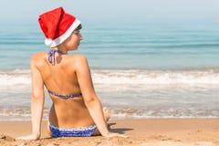 Ung kvinna som firar det nya året på stranden Arkivbilder