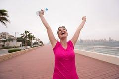 Ung kvinna som firar en lyckad utbildningskörning Royaltyfri Foto