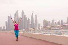 Ung kvinna som firar en lyckad utbildningskörning Royaltyfri Fotografi