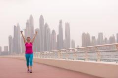 Ung kvinna som firar en lyckad utbildningskörning Fotografering för Bildbyråer