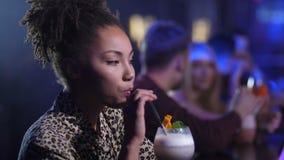 Ung kvinna som flörtar med bartendern i nattklubb arkivfilmer