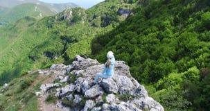 Ung kvinna som fotvandrar i berg över Amalfi kustultrarapid lager videofilmer