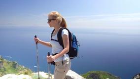 Ung kvinna som fotvandrar i berg över den Amalfi kusten stock video