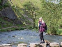 Ung kvinna som fotvandrar i Dovedale Royaltyfri Bild