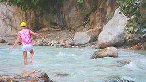 Ung kvinna som fotvandrar i kanjon lager videofilmer