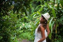 Ung kvinna som fotvandrar i rainforest Arkivfoto