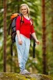 Ung kvinna som fotvandrar i skogen Royaltyfri Bild