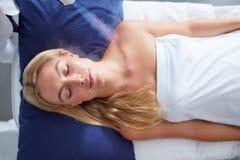 Ung kvinna som får lokal cryotherapy behandling Royaltyfri Bild
