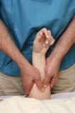 Ung kvinna som får massage Arkivfoto