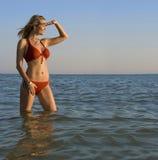Ung kvinna som framåt ser royaltyfri fotografi