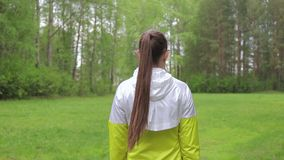 Ung kvinna som framåtriktat går lager videofilmer