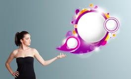 ung kvinna som framlägger abstrakt utrymme för anförandebubblakopia Arkivfoton