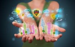 Ung kvinna som framlägger den färgrik hand drog storstads- staden Royaltyfri Fotografi