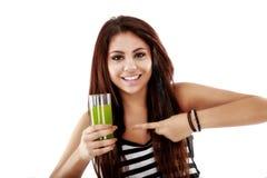 Ung kvinna som framlägger ett exponeringsglas en naturlig drink som isoleras på vit Arkivbild
