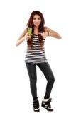 Ung kvinna som framlägger ett exponeringsglas en naturlig drink som isoleras på vit Arkivfoton