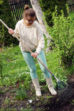 Ung kvinna som fungerar i trädgård Royaltyfri Bild