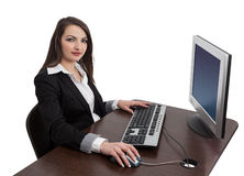 Ung kvinna som fungerar på en dator Arkivfoto