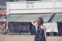 Ung kvinna som går i en liten stad i u-land Arkivbilder