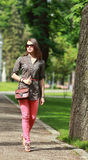 Ung kvinna som går i en parkera Royaltyfri Bild