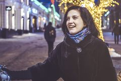 Ung kvinna som går i gatan med baloon på natten royaltyfri fotografi