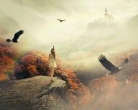 Ung kvinna som går i hennes drömmar som tycker om härligt höstberglandskap arkivbilder