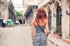 Ung kvinna som går i Manila royaltyfri foto