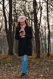 Ung kvinna som går i skogen Arkivfoto