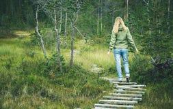 Ung kvinna som går i skogträväg bara fotografering för bildbyråer