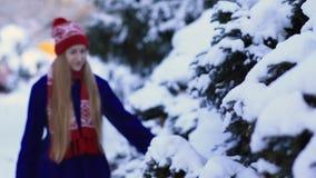 Ung kvinna som går i snöskog stock video