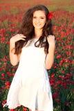 ung kvinna som går i vallmofält Royaltyfri Fotografi