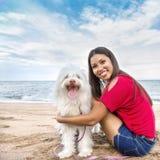 Ung kvinna som går med hunden royaltyfria bilder